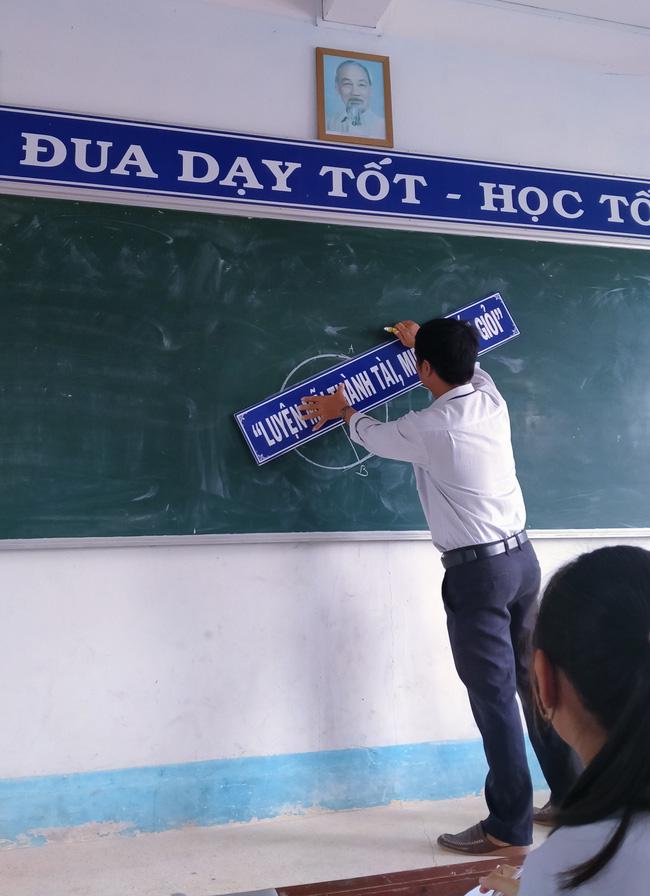 Đang trong giờ học mà nhìn thầy lăm lăm cầm 1 vật thể lạ, học trò vừa ôm bụng cười vừa phải lén chụp 1 tấm hình