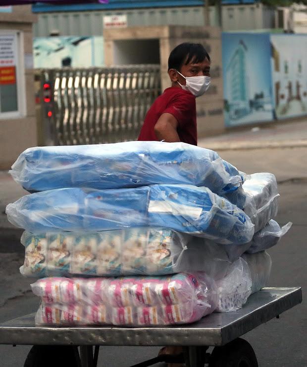 Nhịp sống trong các khu dân cư cách ly tại tâm dịch Đà Nẵng - Ảnh 7.
