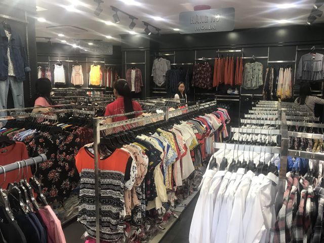 Mùa hè nóng nực cũng là một phần nguyên nhân khiến việc quần áo bán không được chạy (Ảnh minh hoạ)