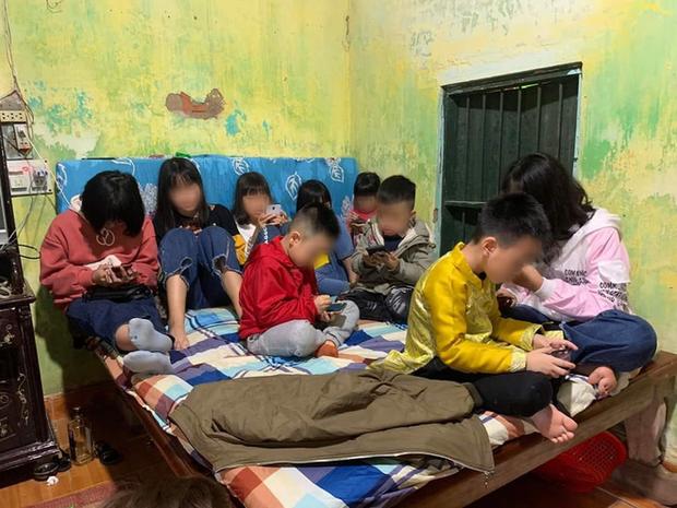 Hình ảnh hàng chục đứa trẻ ngồi túm tụm trên giường, yên lặng dán mắt vào smartphone khi đi chúc Tết khiến nhiều người giật mình - Ảnh 2.
