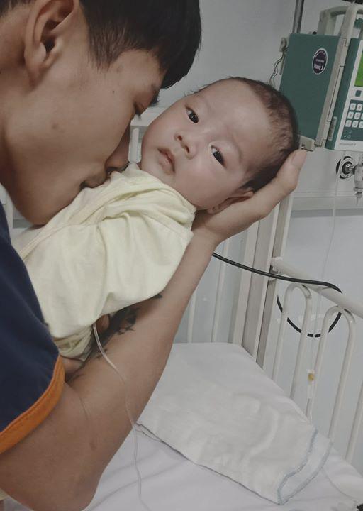 Bé trai hơn 4 tháng nguy kịch sự sống vì teo thực quản khi bố mẹ quá nghèo - Ảnh 2.