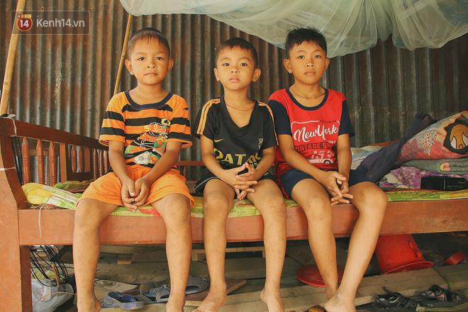 Xót cảnh 4 đứa trẻ mồ côi cha, không có tiền phải mang dép đứt quai, chắp vá đến trường sống cạnh bà nội già yếu - Ảnh 1.