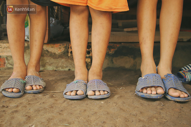 Xót cảnh 4 đứa trẻ mồ côi cha, không có tiền phải mang dép đứt quai, chắp vá đến trường sống cạnh bà nội già yếu - Ảnh 14.