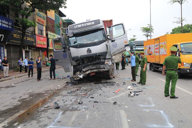 Hiện trường kinh hoàng vụ tai nạn container đè nát xe con khiến 3 người tử vong ở Hà Nội - Ảnh 2.