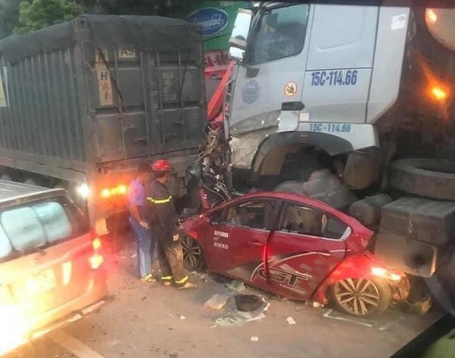 Hiện trường kinh hoàng vụ tai nạn container đè nát xe con khiến 3 người tử vong ở Hà Nội - Ảnh 4.