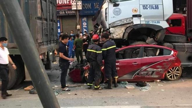 Hiện trường kinh hoàng vụ tai nạn container đè nát xe con khiến 3 người tử vong ở Hà Nội - Ảnh 6.