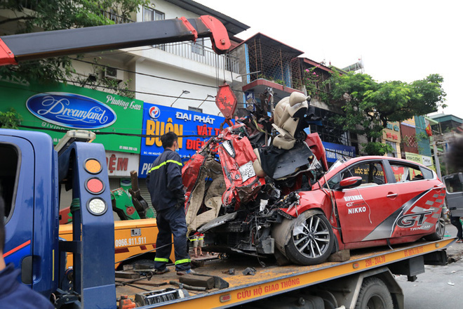 Hiện trường kinh hoàng vụ tai nạn container đè nát xe con khiến 3 người tử vong ở Hà Nội - Ảnh 7.