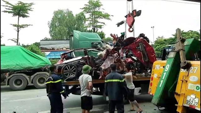 Hiện trường kinh hoàng vụ tai nạn container đè nát xe con khiến 3 người tử vong ở Hà Nội - Ảnh 8.