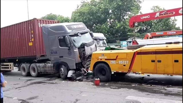Hiện trường kinh hoàng vụ tai nạn container đè nát xe con khiến 3 người tử vong ở Hà Nội - Ảnh 9.