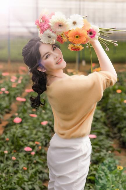 Lý Nhã Kỳ khoe vẻ đẹp không tì vết trong vườn hoa ở Đà Lạt