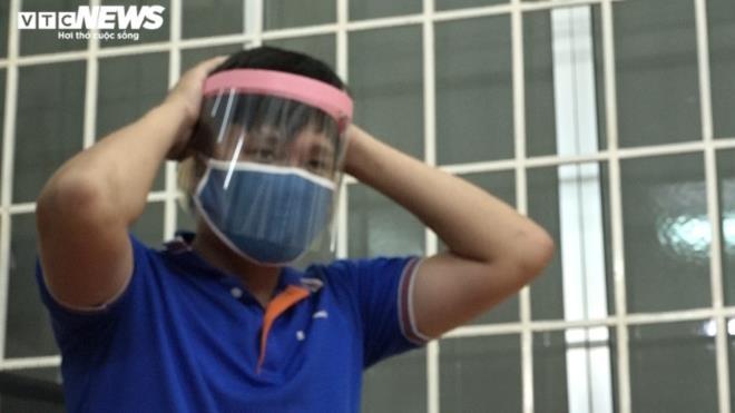 Ảnh: Cán bộ phường thức đêm làm hàng nghìn mũ bảo hộ phòng Covid-19 - 9