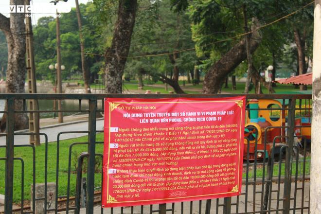 Công viên đóng cửa, người Hà Nội tràn ra vỉa hè tập thể dục giữa đại dịch - 1
