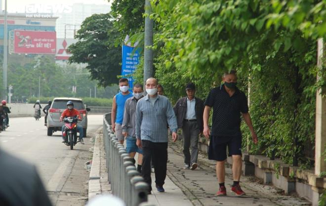 Công viên đóng cửa, người Hà Nội tràn ra vỉa hè tập thể dục giữa đại dịch - 3