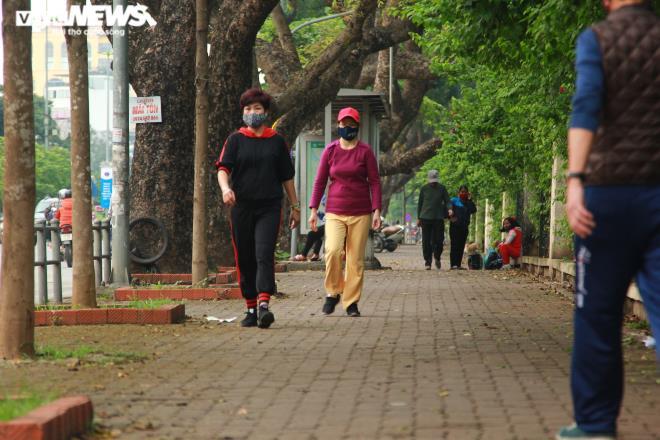 Công viên đóng cửa, người Hà Nội tràn ra vỉa hè tập thể dục giữa đại dịch - 4
