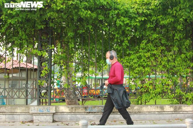 Công viên đóng cửa, người Hà Nội tràn ra vỉa hè tập thể dục giữa đại dịch - 5