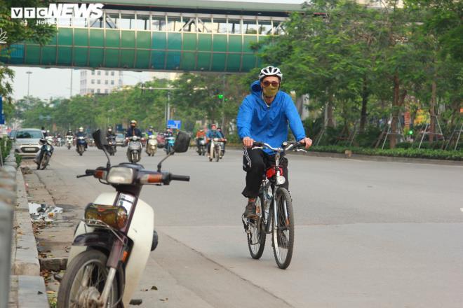 Công viên đóng cửa, người Hà Nội tràn ra vỉa hè tập thể dục giữa đại dịch - 6