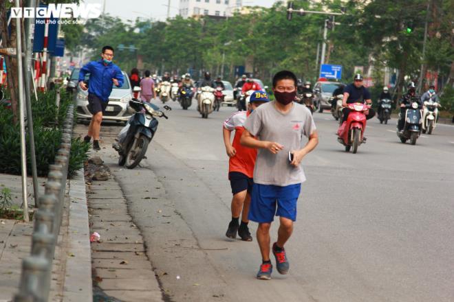 Công viên đóng cửa, người Hà Nội tràn ra vỉa hè tập thể dục giữa đại dịch - 7