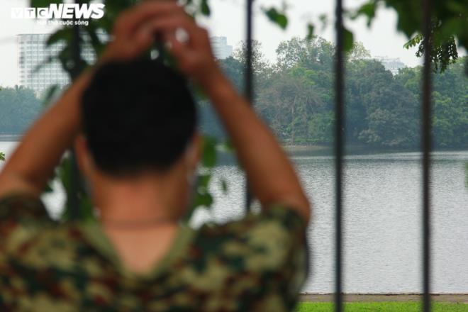 Công viên đóng cửa, người Hà Nội tràn ra vỉa hè tập thể dục giữa đại dịch - 8