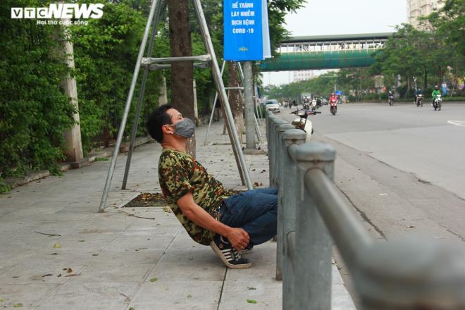 Công viên đóng cửa, người Hà Nội tràn ra vỉa hè tập thể dục giữa đại dịch - 10