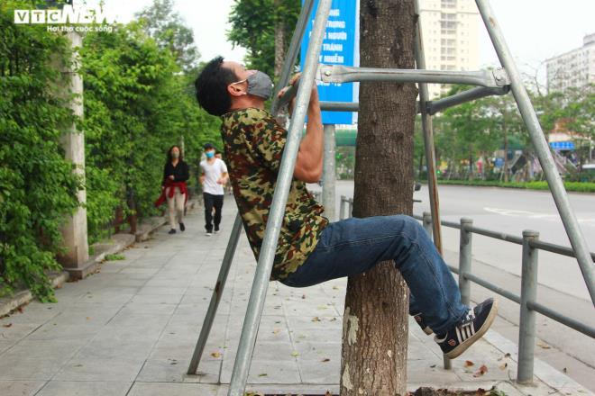 Công viên đóng cửa, người Hà Nội tràn ra vỉa hè tập thể dục giữa đại dịch - 11