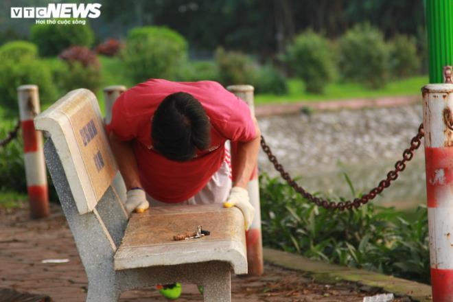 Công viên đóng cửa, người Hà Nội tràn ra vỉa hè tập thể dục giữa đại dịch - 12