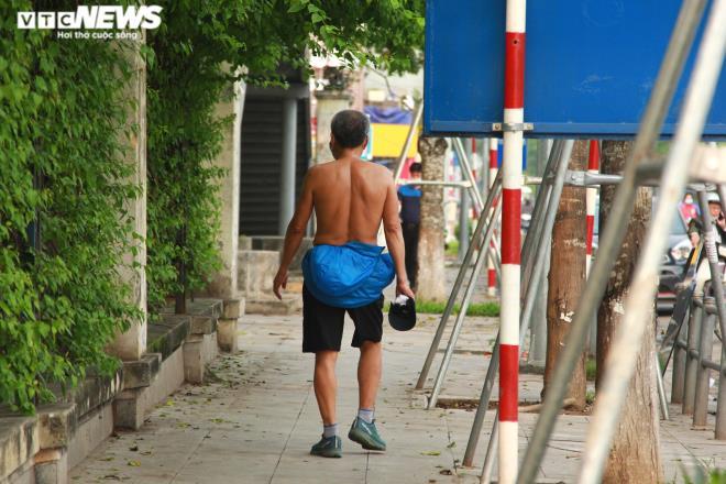 Công viên đóng cửa, người Hà Nội tràn ra vỉa hè tập thể dục giữa đại dịch - 13