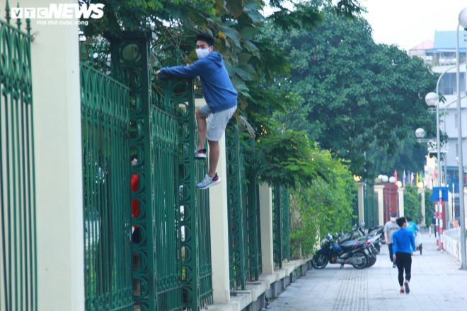 Công viên đóng cửa, người Hà Nội tràn ra vỉa hè tập thể dục giữa đại dịch - 14