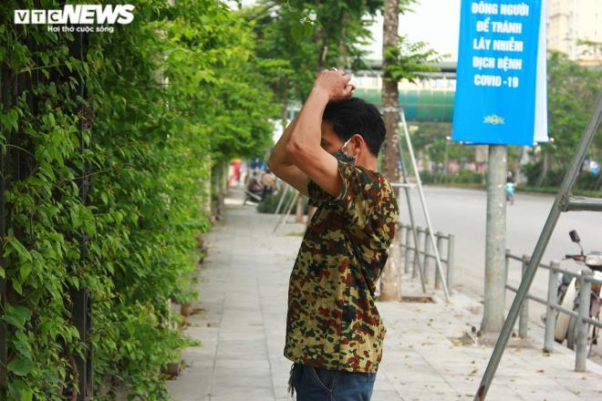 Công viên đóng cửa, người Hà Nội tràn ra vỉa hè tập thể dục giữa đại dịch - 9