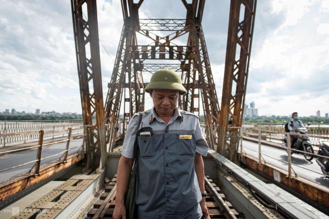 Ảnh: Những người cặm cụi kiểm tra cầu, đường giữa nắng nóng hơn 40 độ C - 2