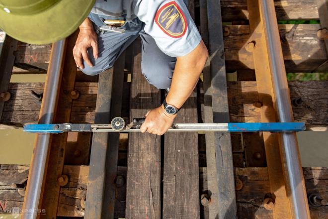 Ảnh: Những người cặm cụi kiểm tra cầu, đường giữa nắng nóng hơn 40 độ C - 3