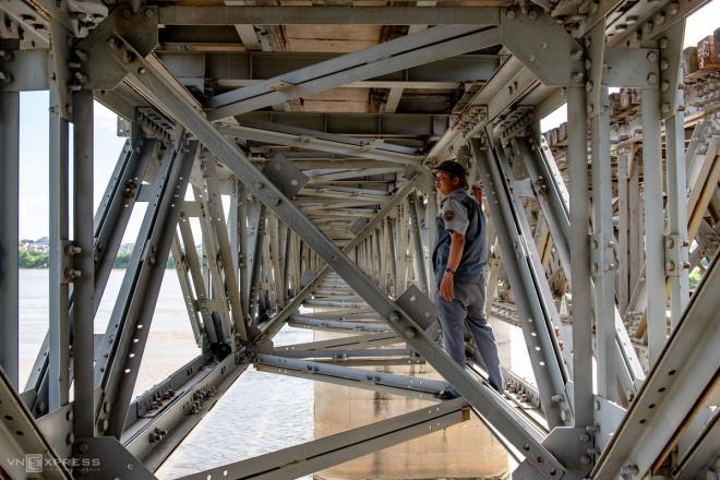 Ảnh: Những người cặm cụi kiểm tra cầu, đường giữa nắng nóng hơn 40 độ C - 4