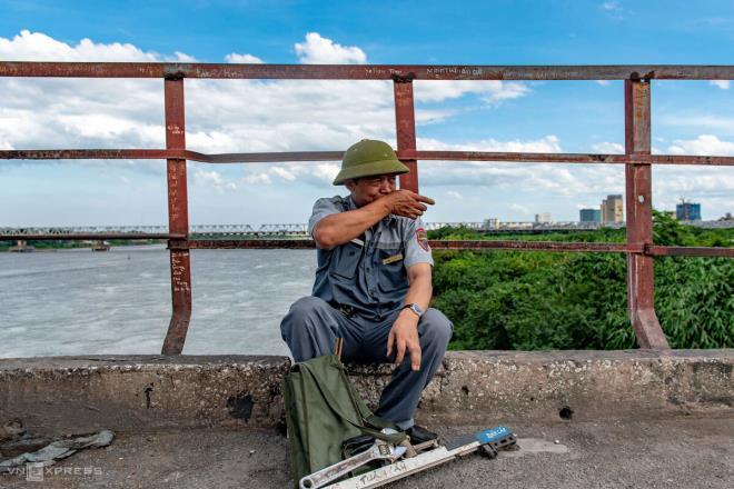 Ảnh: Những người cặm cụi kiểm tra cầu, đường giữa nắng nóng hơn 40 độ C - 5