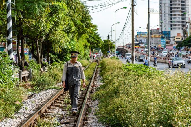 Ảnh: Những người cặm cụi kiểm tra cầu, đường giữa nắng nóng hơn 40 độ C - 12