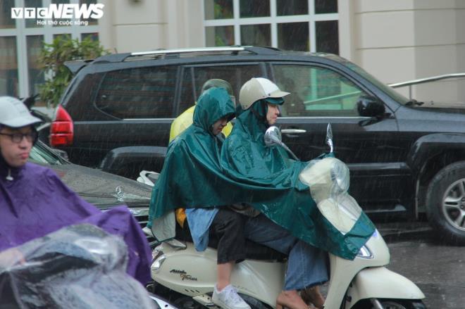 Tài xế xe ôm khơi thông cống thoát nước trên phố Hà Nội sau trận mưa lớn - 3
