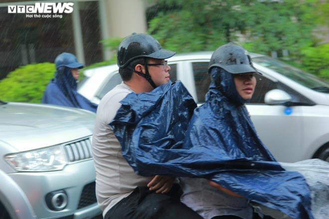 Tài xế xe ôm khơi thông cống thoát nước trên phố Hà Nội sau trận mưa lớn - 2