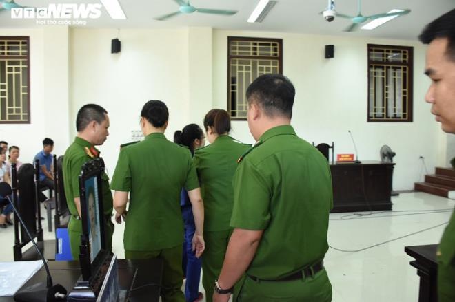 Nữ bị cáo đầu độc chị họ bằng trà sữa cúi gằm mặt tại phiên xử sơ thẩm - 2