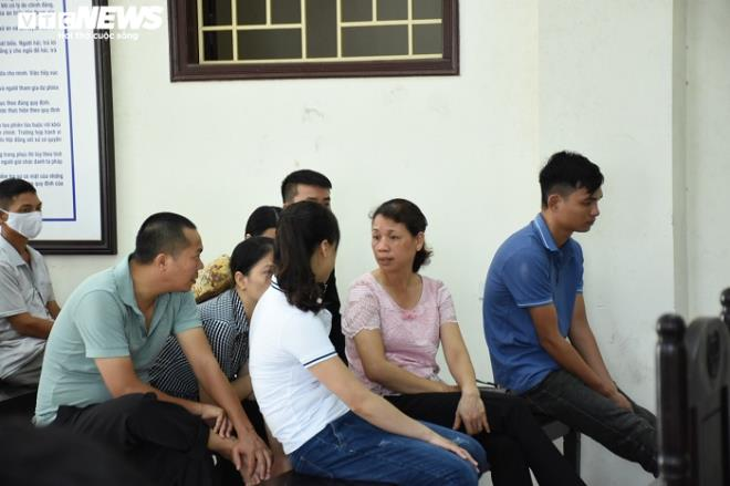 Nữ bị cáo đầu độc chị họ bằng trà sữa cúi gằm mặt tại phiên xử sơ thẩm - 7
