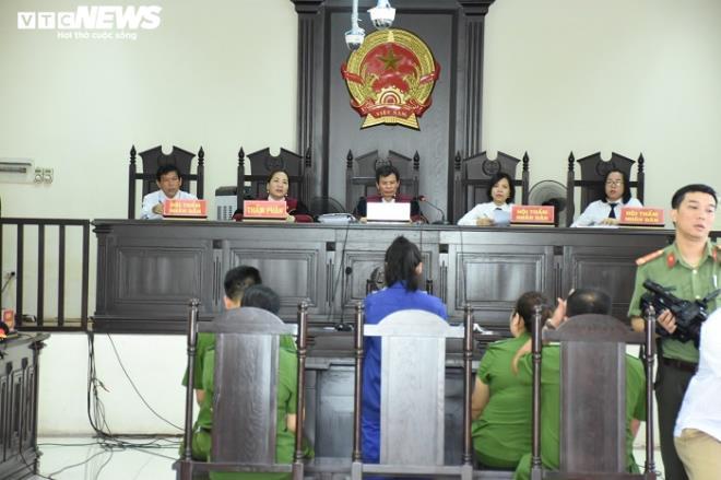 Nữ bị cáo đầu độc chị họ bằng trà sữa cúi gằm mặt tại phiên xử sơ thẩm - 6