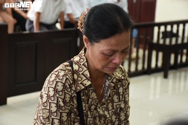 Nữ bị cáo đầu độc chị họ bằng trà sữa cúi gằm mặt tại phiên xử sơ thẩm - 12