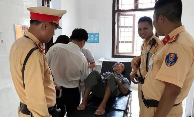 Cụ ông 81 tuổi bất tỉnh ven đường được CSGT Hà Nội giúp đỡ - 1