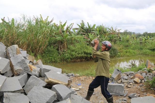 Cuộc sống bất hạnh của cô giáo khiến cha già 70 tuổi vác búa tạ đi phá đá kiếm tiền nuôi con - 7