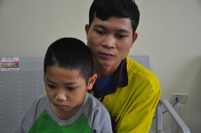 Xót thương cậu bé 9 tuổi bị u não, nhà bị bão lũ cuốn trôi - 7