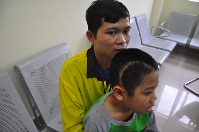 Xót thương cậu bé 9 tuổi bị u não, nhà bị bão lũ cuốn trôi - 5