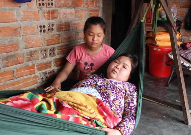 Xót thương bé gái 12 tuổi đạp xe khắp ngõ, ngách bán vé số chăm mẹ và em thơ - 4