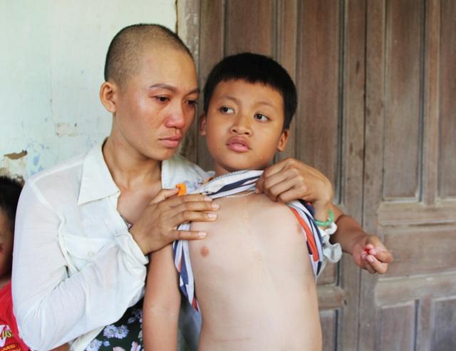 Xót xa cảnh người mẹ ung thư vẫn phải cày ải kiếm tiền chữa bệnh cho con - 3