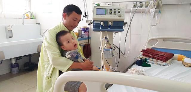 Xót thương gia cảnh của cậu bé 15 tháng tuổi mắc căn bệnh hiếm gặp xuất huyết thân não - Ảnh 1.