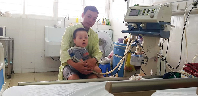 Xót thương gia cảnh của cậu bé 15 tháng tuổi mắc căn bệnh hiếm gặp xuất huyết thân não - Ảnh 2.