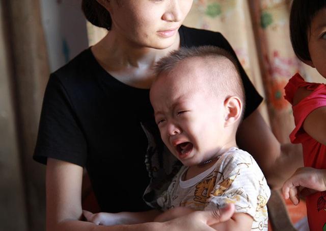Vợ con mếu máo nhìn chồng bị bệnh lạ ăn mòn xương não mà bất lực - 4
