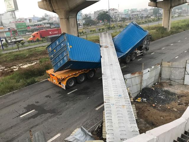 Vừa lắp xong, dầm bê tông cầu bộ hành bị xe container kéo sập - 2