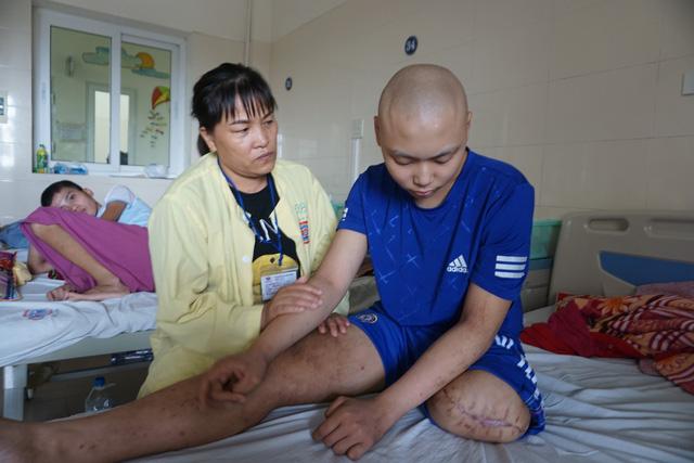 Ước mơ có 30 triệu để lắp chân giả của cậu bé bị ung thư xương - Ảnh 3.